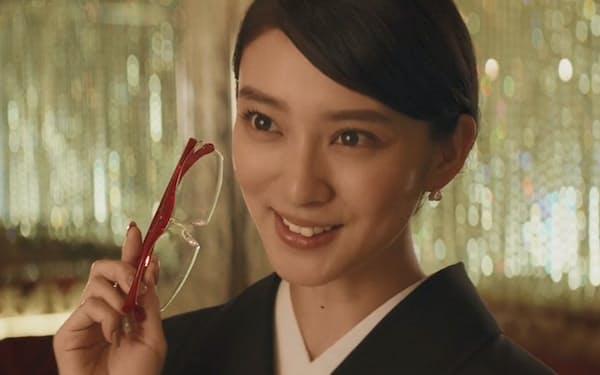 武井咲が高級クラブのママにふんしたハズキルーペのCM