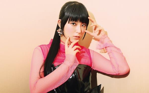 DAOKOは1997年生まれ、東京都出身。2017年8月にリリースした、アニメ映画『打ち上げ花火、下から見るか?横から見るか?』の主題歌『打上花火』は4週連続iTuneソング・ランキング1位。夏には「SUMMER SONIC 2018」などの人気音楽フェスに出演した