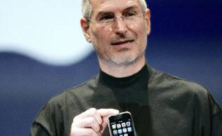 iPhoneをはじめ、アップルの商品は日本の若い消費者を魅了した(07年1月、サンフランシスコ)=ロイター