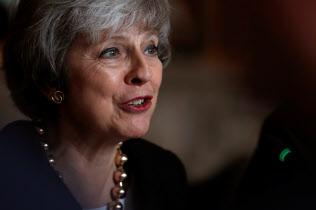 欧州連合(EU)からの離脱案の採決を「必ずやる」と明言したメイ英首相=ロイター