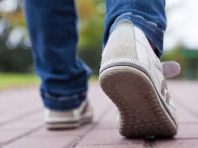インフル・肺炎での死亡リスク よく歩く高齢者は低く