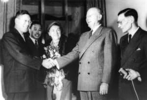池田勇人蔵相(左)と握手するジョセフ・ドッジ氏=毎日新聞社提供