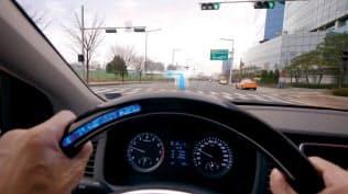 危険を知らせる音をステアリングホイールに色で表示。左に車線変更をするとき、他車がいなければブルーが表示される(写真:現代自動車)