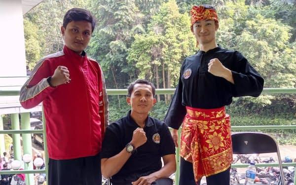 インドネシア伝統の道着姿の麻生さん(右)とコーチ