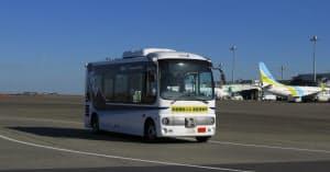ANAとSBドライブなど6社が羽田空港の制限エリア内で実施している、自動運転バスの実証実験の様子