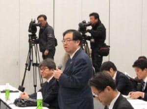 検討会の冒頭で挨拶する厚労省医政局長の吉田学氏。