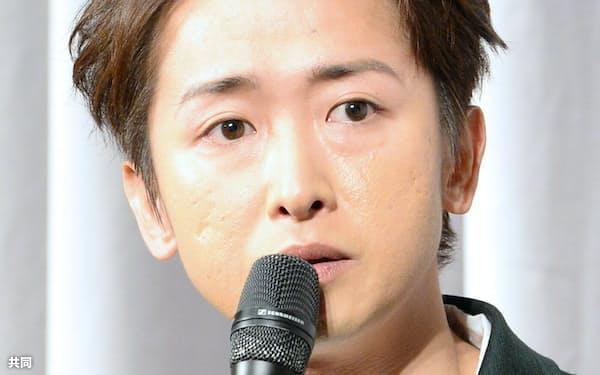 活動休止について説明する嵐の大野智さん(27日夜、東京都港区)=共同