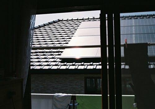 タマホームがAさん宅の屋根の北側に設置した太陽光発電パネル。原告の住宅の2階から見る。2010年5月撮影(写真:日経ホームビルダー)