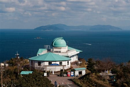 大分市から愛媛県を望む。手前の建物は佐賀関半島にある天体観測施設。対岸は愛媛県(写真:大分市)