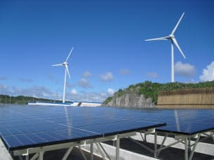 図2 宮古島に設置されたメガソーラーと風力発電設備 (写真:沖縄電力)