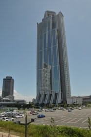 大阪府の咲洲庁舎。1995年の竣工。地下3階・地上55階建て、高さ256mの超高層ビルだ(写真:日経アーキテクチュア)