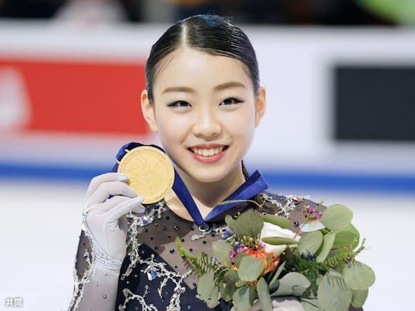 フィギュアスケートの四大陸選手権で初優勝し、金メダルを手に笑顔の紀平梨花(8日、米アナハイム)=共同