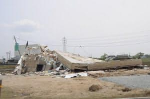 茨城県つくば市の北条地区で、べた基礎ごと倒壊した木造2階建ての住宅。現地を訪れた金井工務店の金井義雄社長は、「基礎が横に移動すれば生じる地業の乱れがない。基礎ごと真上に持ち上げられたのでは」と言う(写真:日経アーキテクチュア)