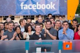 パソコン経由でナスダック市場の鐘を鳴らしたザッカーバーグCEO(中央、フェイスブック提供)