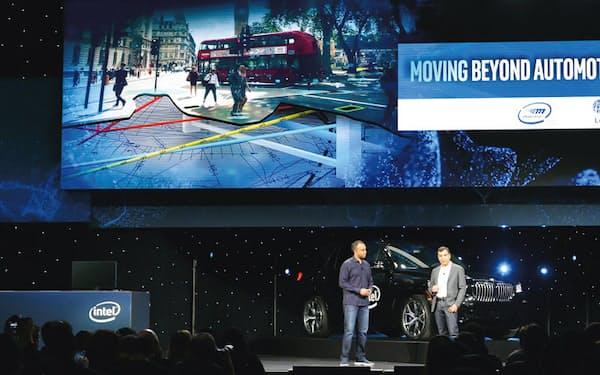 19年1月に米ラスベガスで開催された家電・技術見本市「CES」。モービルアイのシャシュアCEO(右)が新事業の構想を明かした