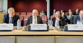 欧州委員会が開催した公式イベントで新しい調査報告書を発表するIRENAのアドナン・アミン事務局長(前列、右から2人目)と関係閣僚(出所:IRENA)