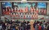 写真1 熊本県荒尾市の「ウルトラマンランド」。ドーム型の建物に、ウルトラヒーローショーを楽しめるライブステージがある。ただし、このように歴代のウルトラヒーローが大集結する機会は年に1度だけ。(撮影:木村輝)
