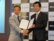 教育連携協定の協定書を手にする、立教大学の吉岡知哉総長(左)と、日本マイクロソフトの樋口泰行社長