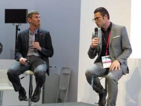 「MWC19バルセロナ」の楽天ブースで対談する、レッドハットのクリス・ライト副社長兼CTO(左)と楽天モバイルネットワークのタレック・アミンCTO