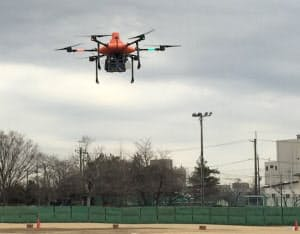 KDDIが開発した「無人航空機型基地局(ドローン基地局)」。写真は2019年2月15日に埼玉県ふじみ野市のふじみ野市運動公園野球場で実施した実証実験時のもの(出所:KDDI)