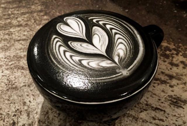 LATTEST OMOTESANDO Espresso Barの「チャコールラテ(ホット)」