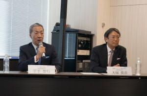 デルの平手智行社長(左)とEMCジャパンの大塚俊彦社長