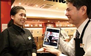 電子マニュアルで接客業務を学ぶガストの外国人従業員のグェン・ティ・マイ・ティさん(写真:陶山勉)