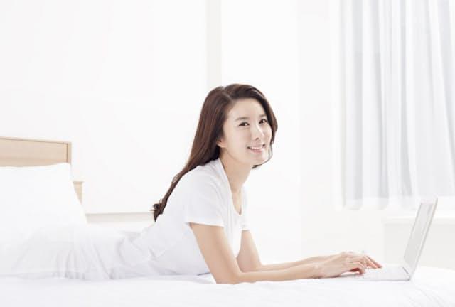 Wi-Fiルーターを1階のリビングに設置した場合、2階の寝室などは電波が届きにくいことがある(写真はイメージ=PIXTA)