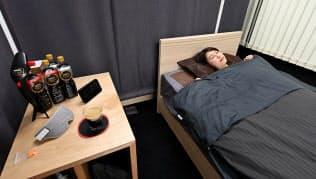 東京・大井町にオープンした「ネスカフェ 睡眠カフェ」の店内。布製のパーティションで仕切られた空間で、高級ベッドや最高級のリクライニングレザーチェアでくつろぎ、カフェイン入りとカフェインレスのコーヒーを飲み分けることで、良質な仮眠・睡眠が体験できるという
