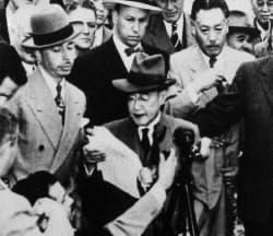 サンフランシスコ空港に到着後、報道陣にステートメントを読み上げる吉田茂=毎日新聞社提供