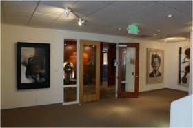 筆者が勤務するDCMオフィスの入り口。建物が美術館を兼ねているという変わったオフィスです(筆者撮影)