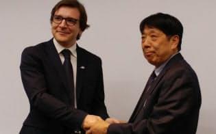 ジョルダンの佐藤俊和社長(右)と提携した英マサビのジャコモ・ビジェーロ アジア地区ビジネス開発・パートナーシップ担当責任者(左)