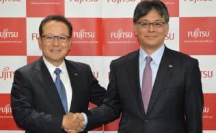 富士通の田中達也社長(左)と次期社長に内定した時田隆仁執行役員副社長