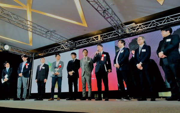 前田建設工業「ICIイノベーションアワード」の授賞式。受賞者に囲まれ、中央でマイクを握るのが、審査委員長を務めた前田操治社長(写真:日経コンストラクション)