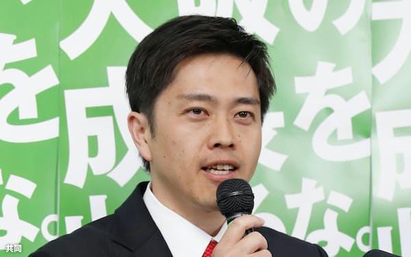 大阪府知事選で当選を決め、記者会見する吉村洋文氏(7日夜、大阪市中央区)=共同