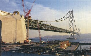 明石海峡大橋。橋長3911.1メートル、中央支間長1990.8メートルを誇る世界最大の吊り橋。最初の大ブロック架設から470日かけて、1996年9月に桁の併合を終えた。神戸側から撮影(写真:日経コンストラクション)