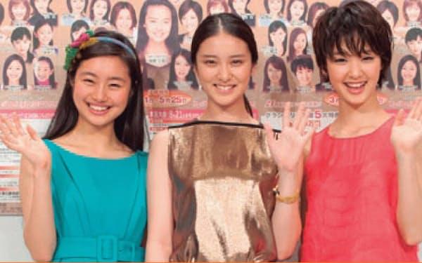 オスカープロモーションの「平成3人娘」。オスカーは、平成生まれの武井咲(中央)、剛力彩芽(右)、忽那汐里(左)の10代女優3人を「平成3人娘」として押し上げ、ブレイクに導いた。写真は、「全国国民的美少女コンテスト」の会見時。