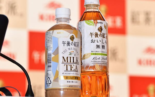 従来のペットボトルより短く太い形状でペットボトルコーヒーと並んで陳列する