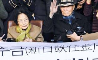 徴用工訴訟で日本企業に賠償を命じた判決が出ても、韓国政府は沈黙を保つ(判決の確定で喜ぶ原告支援団体、2018年10月、韓国最高裁前)=共同