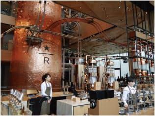 (東京)巨大なキャスクは約17メートルと店舗の1階から4階まで達している。「桜の花びら」が施され、春に目黒川を舞う桜のイメージを持たせた。天井は「折り紙」をモチーフにしているという(写真提供:スターバックス コーヒー ジャパン、以下同)