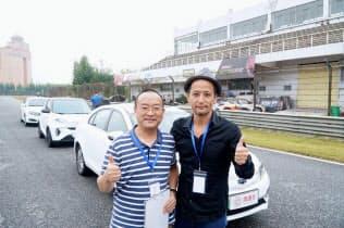 中国・清華大学の仇斌(Qiu Bin)准教授(左)と小沢コージ氏