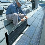 積水ハウスは、屋根材と一体化した太陽光パネルを売り込む。発電面積が広いのが特徴