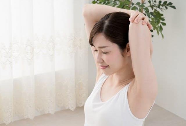 肩甲骨まわりの筋肉を「リセット」すると肩こりが解消する(写真はイメージ=PIXTA)