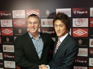 李忠成(右)と握手をするサウサンプトンのアドキンス監督