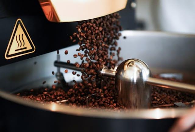 焙煎日なら、焼きあがった豆が落ちる瞬間や冷ましているところを目の前で見ることができる「Little Darling Coffee Roasters」