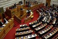 ギリシャ議会は第2次大戦中のナチス・ドイツによる占領に伴う損害賠償をドイツ政府に正式に要求する方針を可決した(17日、アテネ)=ロイター