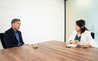 (左)沢田貴司氏 81年(昭56年)上智大理工卒、伊藤忠商事入社。97年ファーストリテイリング入社、98年副社長。02年にファストリ退社後、企業支援会社のリヴァンプなど設立。16年ファミリーマート社長。石川県出身(右)白河桃子さん(写真: 稲垣純也、以下同)