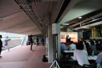 コンペの告知発表会は国立競技場の観客席スタンド下にある屋内練習場で開かれた(写真:日経アーキテクチュア)