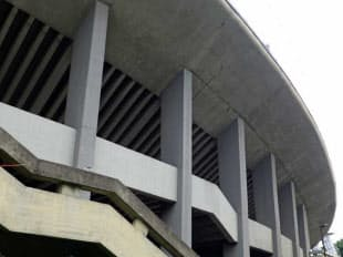 スタンドを支える柱梁。力強く簡素な鉄筋コンクリート造の躯体が特徴だ(写真:日経アーキテクチュア)
