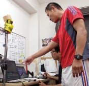 写真A 分析班にデータの取得を指示する後藤禎和監督